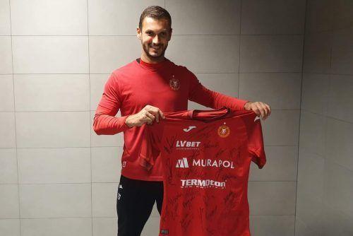 Wylicytuj koszulkę z autografami piłkarzy i pomóż Wiktorii!