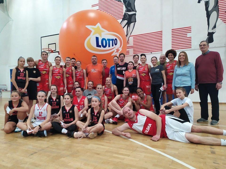 Doskonały pomysł – wspólny trening koszykarek CosinusMed Widzewa z kibicami